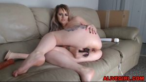 Tattooed canadian Kelly_KissesXXX with butt plug
