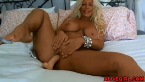 Highly addictive blonde MILF Ginger_Todd with natural huge tits