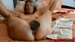 Classy american mom Justy fucks with huge dildos