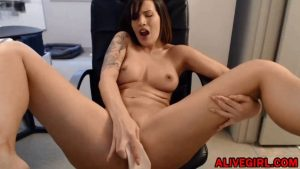 Inked moaning babe Capri_Kartel with stunning body fucks juicy pussy